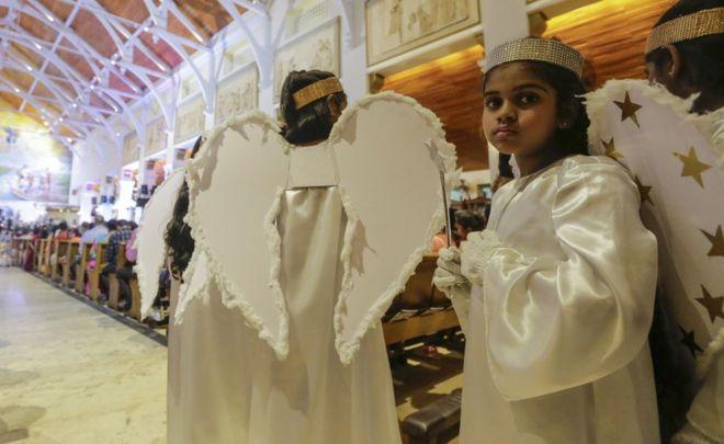 Şri Lankada Müqəddəs Antony kilsəsində katolik uşaqlar mələk kimi geyiniblər.