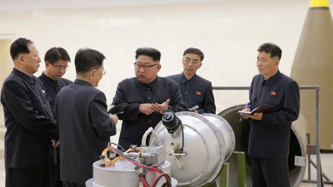 """.Truyền thông Bắc Hàn nói ông Kim Jong-un """"thị sát việc đưa bom nhiệt hạch vào một tên lửa đạn đạo xuyên lục địa"""""""
