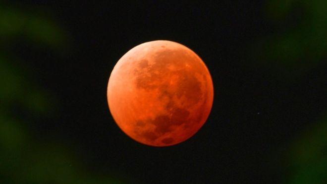 Lua vermelha fotografada no Uruguai