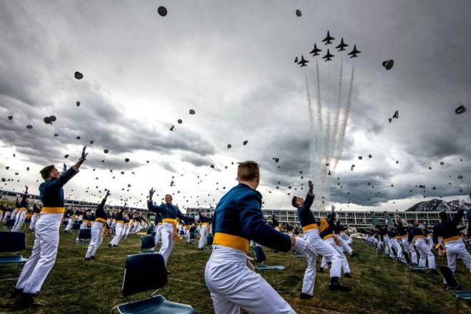 طلاب أكاديمية القوات الجوية الأمريكية خلال حفلة تخرجهم