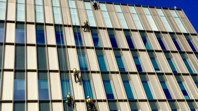 Técnicos trabajando en la fachada del Glasgow College