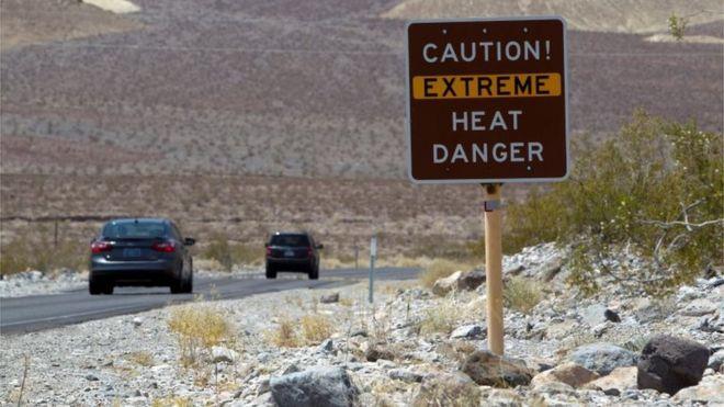 Automóviles en una carretera del Death Valley