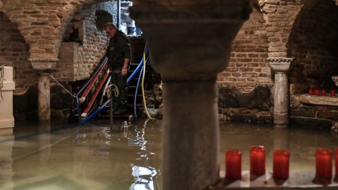 Trabajos de control de daños en el interior de la cripta de San Marcos.