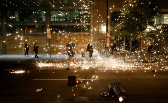 People run as police disperse demonstrators in Washington DC. Photo: 31 May 2020