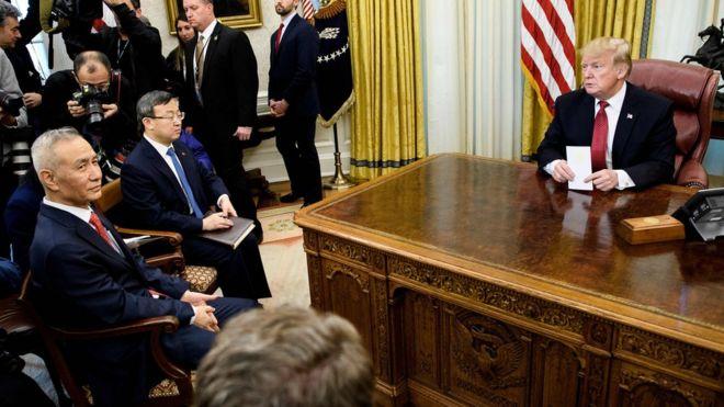 特朗普在总统办公室接见刘鹤(左一)。