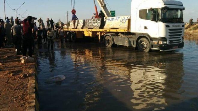 بر اساس این گزارش علت آب گرفتگی ورودی شهر اهواز شکسته شدن سیلبند و انحراف آب از رودخانه کرخه است
