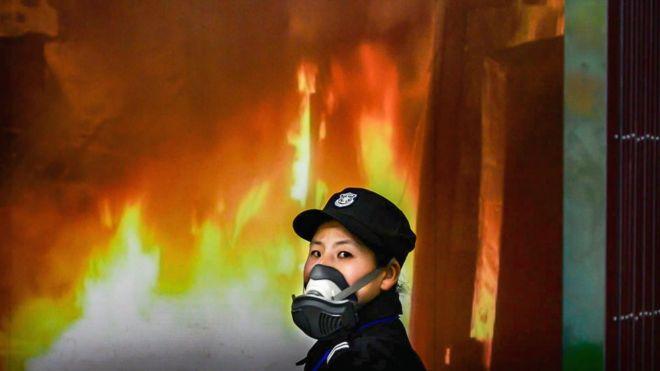 Китайская полицейская в респираторе