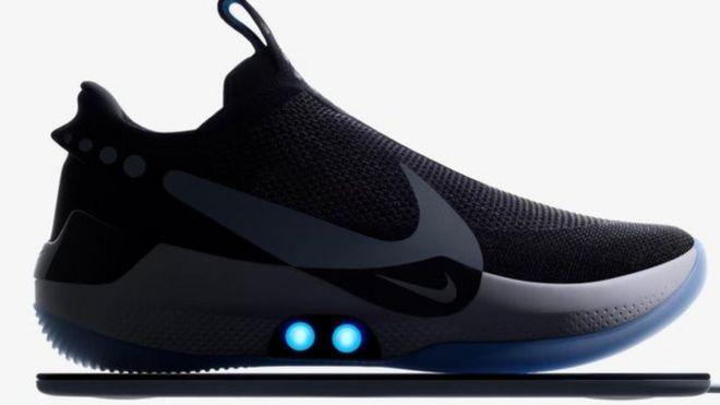 317ac138f6c09 نايكي تطلق حذاء ذكيا يُضبط على مقاس القدم من خلال الهاتف - BBC News ...