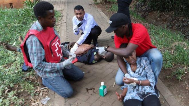 Paramédicos atienden heridos