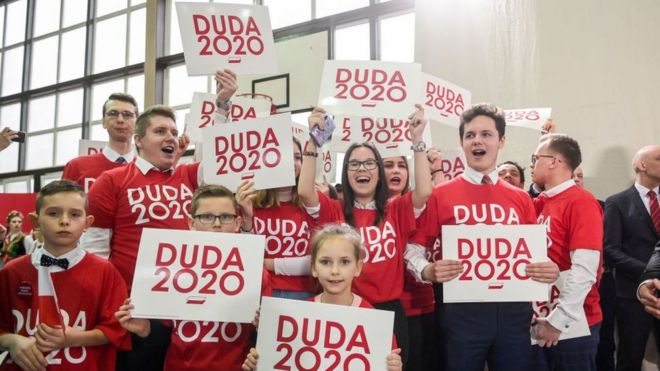 Polish children with placards supporting President Andrzej Duda