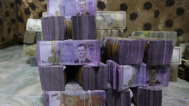 كومة من الأوراق النقدية السورية