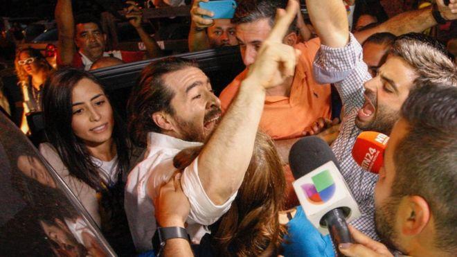 бывший мэр Сан-Кристобаль Даниэль Себальос приветствует сторонников после его освобождения