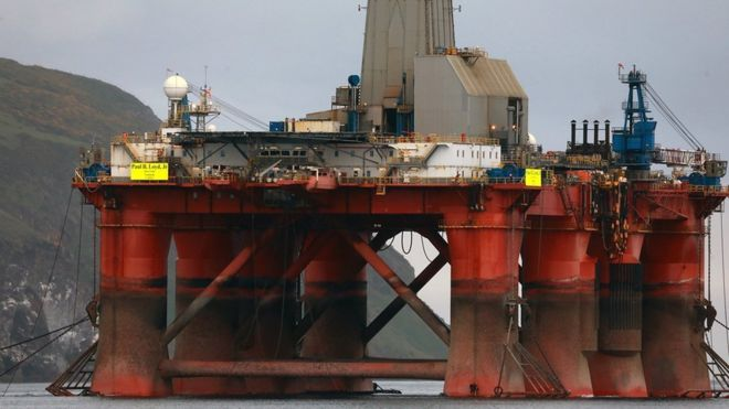 Greenpeace activists board Cromarty Firth oil rig - BBC News