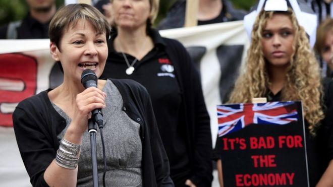 Кэролайн Лукас выступает с протестом против барсука