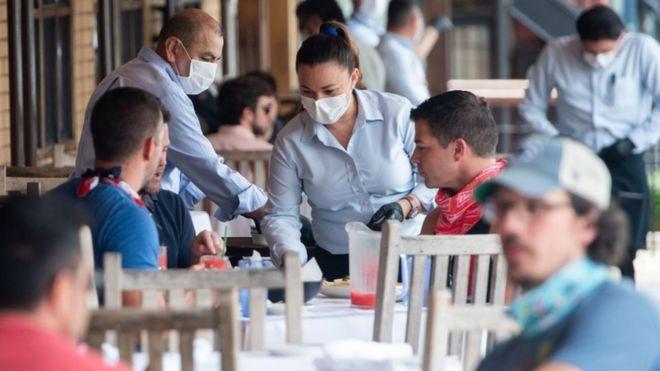 Una mesera en un restaurante de Washington DC