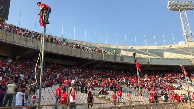 تنش و درگیری در سکوهای ورزشگاه آزادی تهران