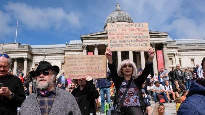 Para pengunjuk rasa berkumpul di London pada hari Sabtu untuk mendengar tentang berbagai teori konspirasi terkait virus corona
