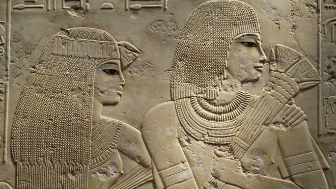منظر من مقبرة الوزير رعموس وزوجته مايا ويظهر دقة الرسم وتجميل الحواجب والعين وارتداء الشعر المستعار