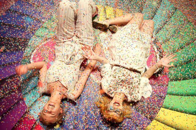 يستمتع ضيفان بوقتهم في متحف الحلوى في سان فرانسيسكو بالولايات المتحدة الأمريكية.