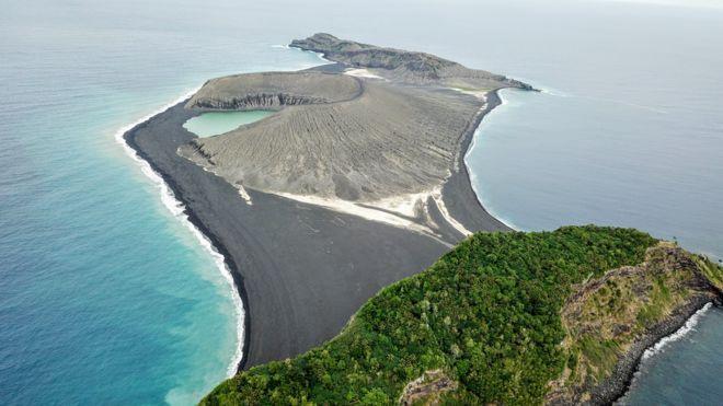 Vista aérea da ilha nascida em 2015 no Pacífico, no arquipélago de Tonga