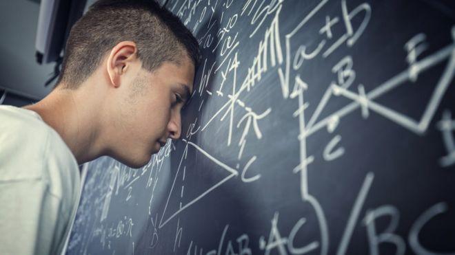 Aluno resolvendo exercícios de matemática