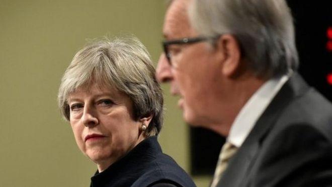 メイ英首相、アイルランド国境の...