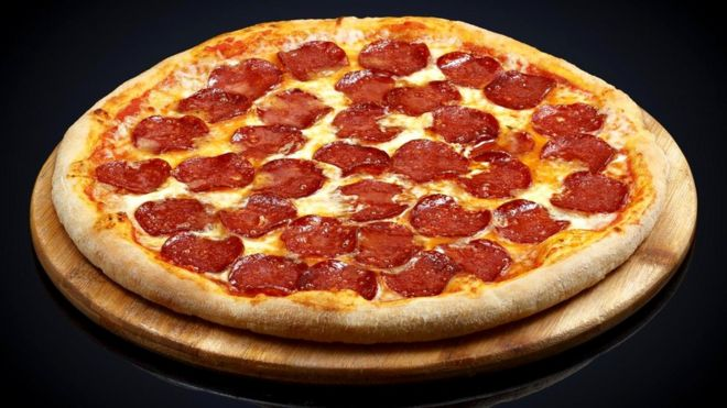 100-граммовый кусочек замороженной пиццы пепперони может содержать 1,9 г соли