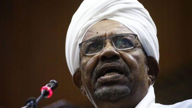 Omar Bashir anasisitiza kuwa pesa hizo zilikuwa ni zawadi aliyopewa kutoka kwa familia ya ufalme wa Saudi Arabia