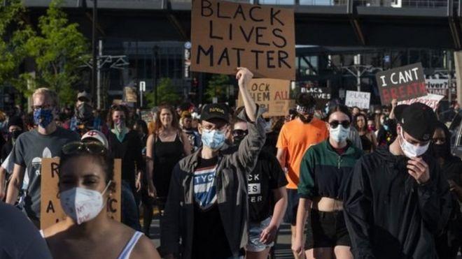 Manifestantes protestam contra morte de homem negro em ação policial