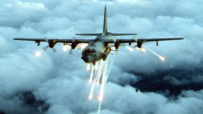 Foto de archivo de una cañonera AC-130 disparando en varias direcciones en pleno vuelo.