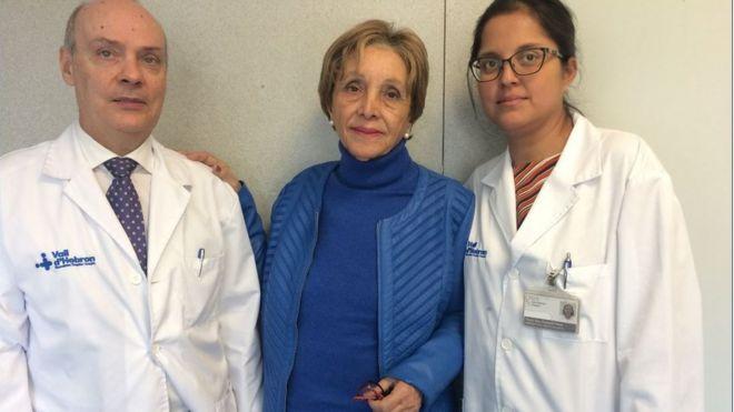 María José del Valle com dois médicos