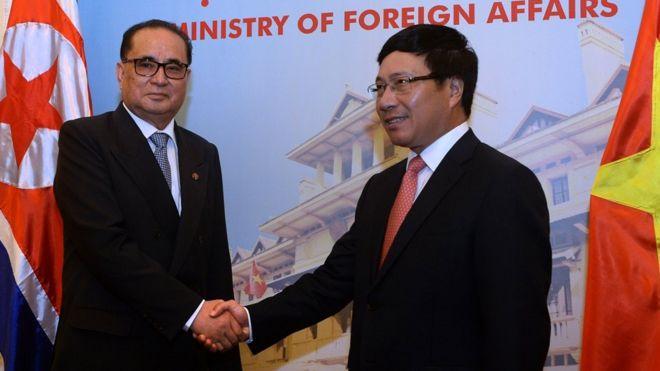 Ngoại trưởng Bắc Hàn Ri Su Yong gặp Ngoại trưởng Phạm Bình Minh hồi 2014