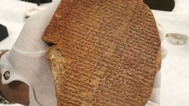 """تضم القطعة الأثرية المعروفة باسم """"لوح حلم جلجامش""""، أجزاء من قصيدة شعر سومرية"""