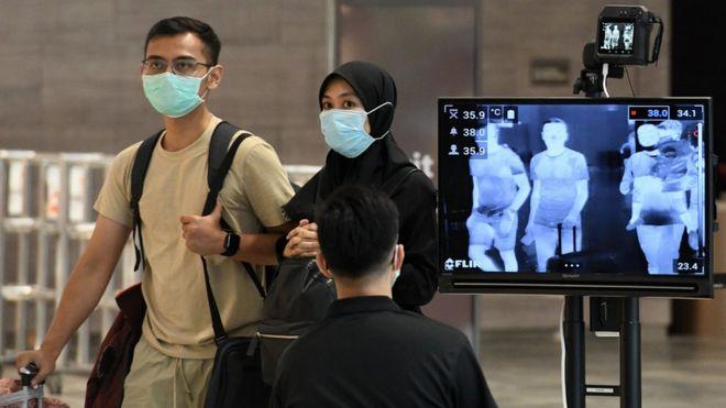 Una pareja a su llegada al aeropuerto Changi de Singapur