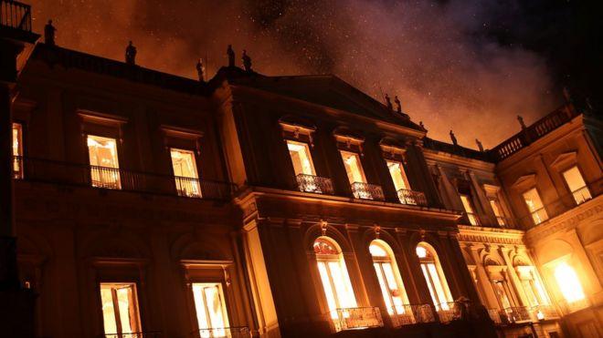 Museu Nacional do Rio pegou fogo na noite de domingo