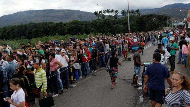 People line up to cross the Simon Bolivar international bridge into Colombia, in San Antonio del Tachira, Venezuela July 25, 2017