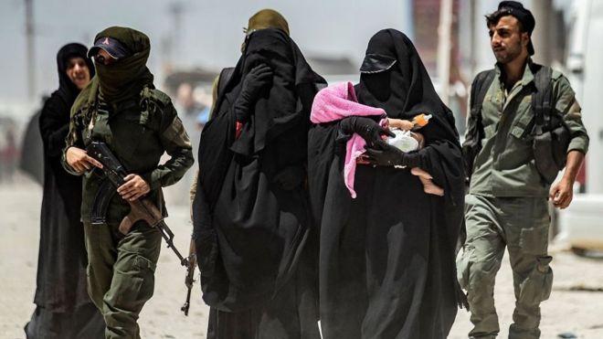زوجات عناصر التنظيم في مخيم في سوريا