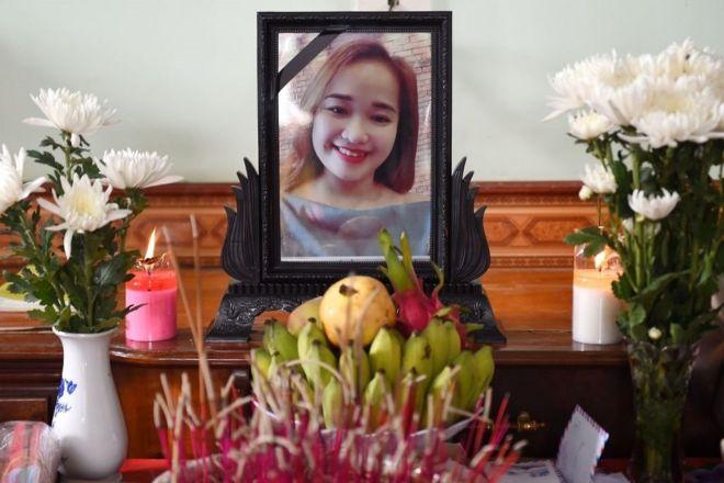 Chân dung Bùi Thị Nhung trên bàn thờ gia đình tại Nghệ An hôm 27/10/2019. Thân nhân cho rằng Nhung là một trong 39 người đã tử nạn trong container lạnh trên đường vào Anh.