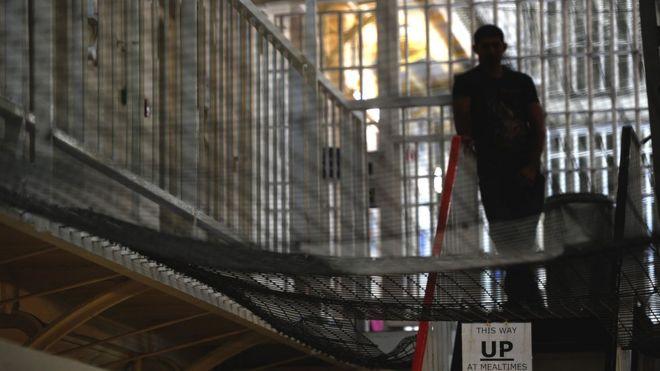 Заключенный стоит на вершине множества лестниц