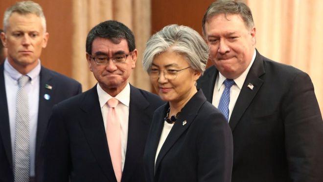 Ngoại trưởng Mỹ Mike Pompeo (phải), Ngoại trưởng Nam Hàn Kang Kyung-wha (giữa) và Ngoại trưởng Nhật Taro Kono