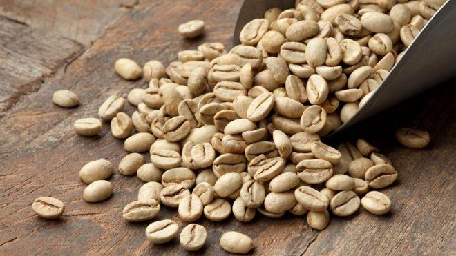 Кофеин надо удалять из зерен, пока они не поджарены - иначе напиток будет на вкус как солома