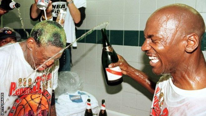 Dennis Rodman e Michael Jordan celebrando mais um título da NBA com os Chicago Bulls