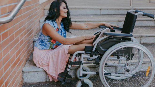 Layane Dias em sua cadeira de rodas
