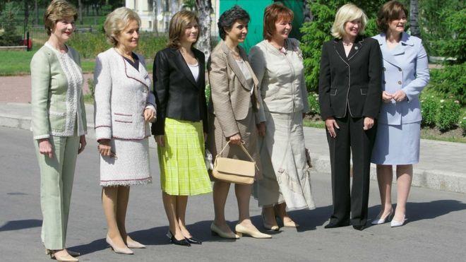 Лора Буш и Бернадетт Ширак - первые слева, Людмила Путина - третья справа