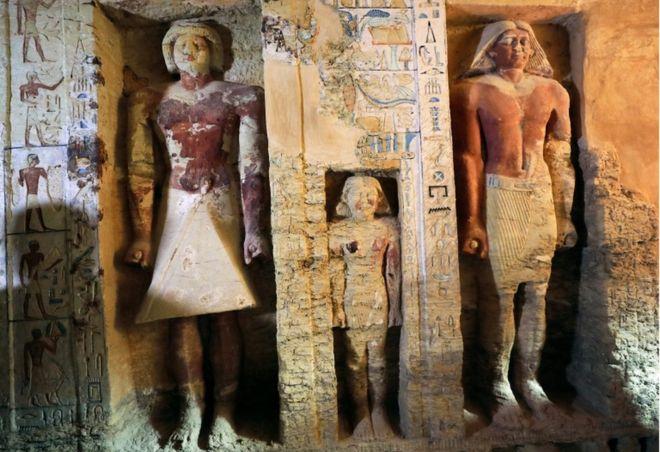 مجسمه هایی در مقبره