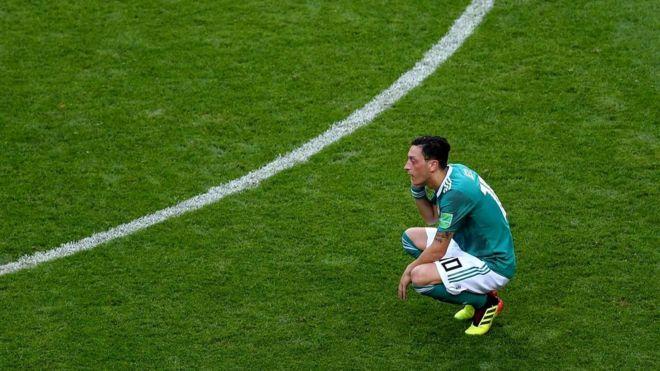 Месут Озил решил покинуть сборную Германии после провала на чемпионате мира, обвинив болельщиков и товарищей по сборной в расизме