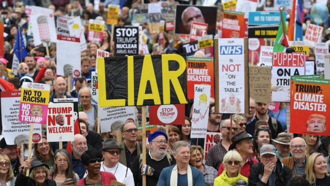 Una multitud protesta en contra de la visita de Donald Trump en Londres.