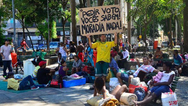 Famílias que ocupavam o prédio no Flamengo, zona sul do Rio, deixam a Cinelândia e ocupam agora a Praça da Cruz Vermelha, no centro da cidade em abril de 2015