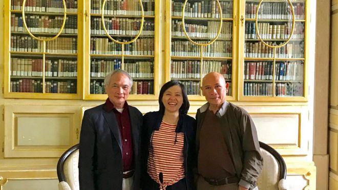 Nhà thơ Hoàng Hưng, TS Đào Hằng và nhà báo Lưu Trọng Văn tại Thư viện Ajuda, nơi lưu giữ văn bản nghiên cứu CQN đầu tiên của F. de Pina
