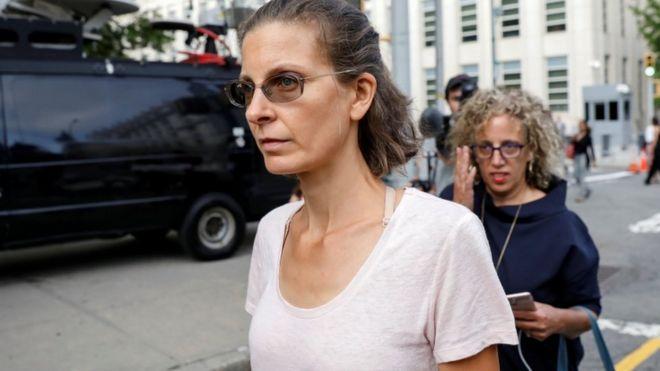 Clare Bronfman chegando ao tribunal nos Estados Unidos